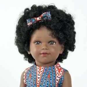 Poupée noire avec cheveux frisés