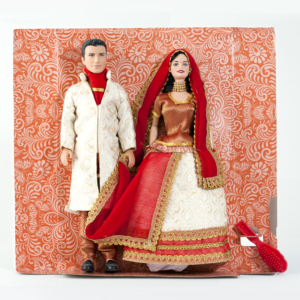 Couple poupées mannequins barbies portant une tenue bollywood