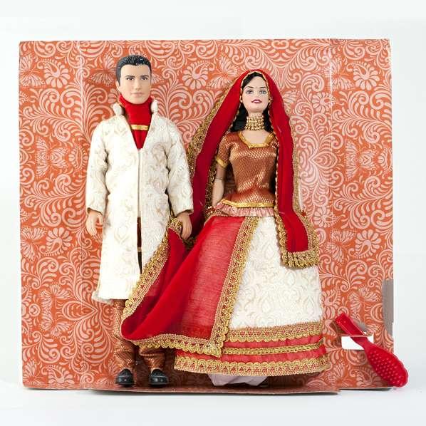 Couple poupées mannequins barbies portant une tenue bollywood