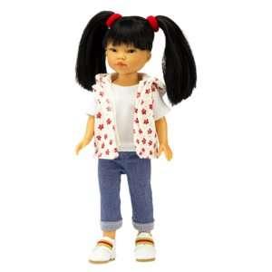 Ly est une jolie poupée chinoise avec les cheveux longs noirs