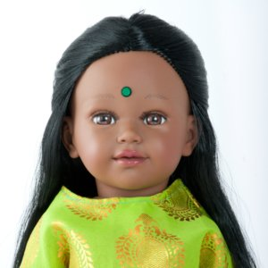 HAMSA poupée indienne aux cheveux longs noirs avec une tunique verte et rose fushia