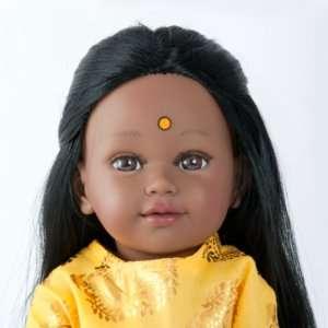 HAMSA poupée indienne aux cheveux longs noirs avec une tunique jaune et pantalon violet