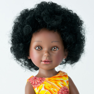 Keyana ravissantepoupée africaine avec cheveux bouclés et robe en tissu wax